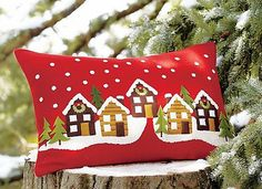 View these Gorgeous Handmade Christmas Pillow Inspirations for easy decoration and great gifts. These gorgeous Christmas handmade Pillows are wonderful to your decor. Christmas Cushions, Christmas Pillow, Felt Christmas, Handmade Christmas, Christmas Stockings, Christmas Projects, Christmas Crafts, Christmas Decorations, Christmas Ornaments