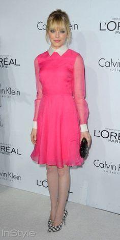 Emma Stone, vintage detaylar taşıyan Valentino elbisesini kazayağı desenli topuklular ve kutu formlu clutch`la tamamlıyor.