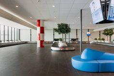 Não somos pisos vinílicos, somos pisos de borracha. Os pisos Nora são 100% de borracha, baseados em qualidade e sustentabilidade com mais de 300 variações de cores e design, totalmente ergonômico, certificação LEED, resistente a manchas, ao grande tráfego comercial e voltado para diversas aplicações. Instalação dos pisos Nora pelo escritório de arquitetura Noorderlicht Architekten, Delft no Rotterdam The Hague Airport, Rotterdam | Holanda.