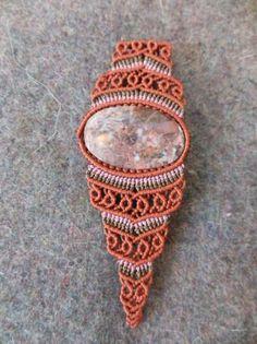 Pulsera de macramé de hilo encerado y piedra semipreciosa. www.singularts.es