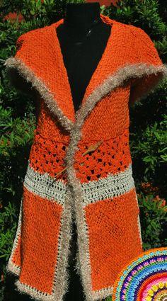 Chaleco Robin. Tejido en telar con hilo rústico y flamé color naranja con detalles de crochet en crudo y. peludito. Con una importante capucha.