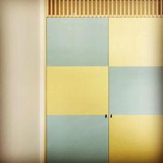 和室感ゼロ!ふすまを自分で張り替えて洋風の部屋にリフォームしちゃおう! ページ1   CRASIA(クラシア) Japanese Modern House, Japan Interior, Interior And Exterior, Diy And Crafts, Curtains, Mirror, Karate, Room, Handmade