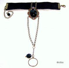Parure de main bracelet & bague gothique noir. Médaillon et perles de verre, Chaîne, Cuir, modèle unique fait main par Griffon