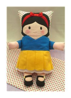 Naninha Branca de Neve - Feltros da Lore Cute Pillows, Kids Pillows, Toys For Boys, Softies, Art Dolls, Gifts For Kids, Boy Or Girl, Diy And Crafts, Two By Two