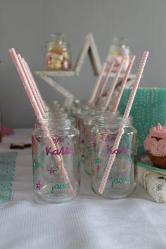 Ideeën voor een eerste meisjes verjaardag met het thema twinkle twinkle little star. Oftewel een sterrenthema met de (pastel) kleuren roze en turquoise, wit en goud. Inspiratie voor de sweet table en versiering, uitnodiging gratis te downloaden, mooie taart.