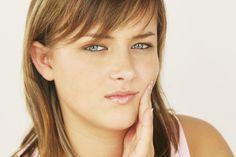 Comment soigner une gingivite ? L'ortie a des vertus cicatrisantes. Elle est utilisée comme remède de grand-mère pour beaucoup de maux. Dans cette recette, le bain de bouche à l'ortie permet de soulager une gingivite.