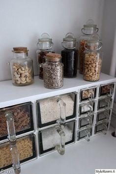 keittiö,maustehylly,keittiön pikkutavarat,lokerikko,maustepurkki