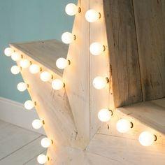 Lámpara tipo estrella con madera reciclada.