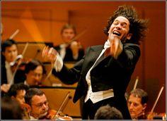 Un venezolano virtuoso: A sus 31 años, Gustavo Dudamel ha dirigido a las mejores orquestas del mundo, ha ganado un Grammy y la revista 'Time' lo escogió como uno de los músicos más influyentes. Perfil del alumno más brillante del Sistema de Orquestas venezolano.