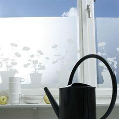 Elegante y orginal vinilo decorativo para ventanas y cristales de la marca sueca Siluett Frost. Viene con un bello estampado con geranios que encaja en cualquier espacio de tu hogar y que es muy decorativo tanto desde el interior de tu casa como visto desde fuera. Los vinilos para cristales son perfectos para dar un toque decorativo a tus ventanas, conseguir intimidad y seguir manteniendo la luminosidad en cualquier espacio de tu hogar. Son muy fáciles de colocar sin necesidad de pegamento…