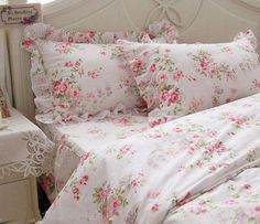 <3  this bedding in pink roses.