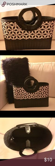 🕶NWT Black Straw Bag 🕶Brand New with Tags Black Straw Bag. I bought this straw bag at a local boutique store. Cute rounded handles. Zippered top and snap closure.  Large slip pocket in the interior (as seen in the pictures). Wear it with a maxi dress and flat sandals!! Great bag for the spring and summer! Bags Totes