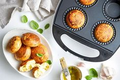 Pie maker cheesy garlic bread bombs Mac And Cheese Muffins, Banana Bread Muffins, Mini Pie Recipes, Cooking Recipes, Tea Recipes, Yummy Recipes, Easy Dinners For Kids, Just Pies, Bombe Recipe