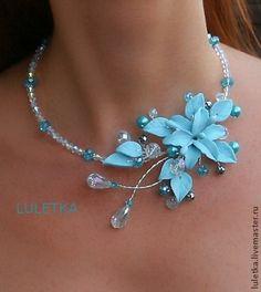 """Colgantes hechos a mano. """"Blue Lily"""" con flores.  Hecho a mano."""