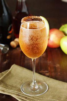Drink med äpple, fireball och cava. Winter Cocktails, Thanksgiving Cocktails, Fall Drinks, Holiday Drinks, Cocktail Drinks, Cocktail Recipes, Alcoholic Drinks, Beverages, Drink Recipes