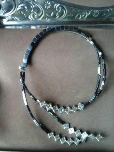 Collar de Hematites cuadradas, con pequenas runas.