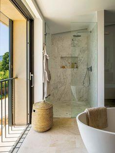 OASIS DE RELAX La superficie acristalada y las vistas hacen de este baño un lugar mágico, cálido y confortable. Con bañera y ducha, las zonas queden perfectamente delimitadas gracias a los revestimientos y a una mampara que combina una hoja fija con puerta de cristal.