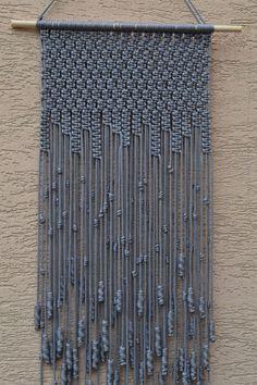 Wand-Platten-handgefertigte Makramee-Technik. Material: 100 % Polyester. Farbe: hellgrau. Armband: natürliche Holz - Kiefer. Abmessungen: Die Länge des Bandes an der Unterseite, einschließlich des Threads - 84cm / 33,1 Zoll Breite - 33cm/13 Zoll