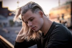 Fashion, wallpapers, quotes, celebrities and so much Faded Hair, Bleached Hair, Undercut Hairstyles, Cool Hairstyles, Hair And Beard Styles, Curly Hair Styles, Beard Suit, Popular Mens Hairstyles, Beautiful Men Faces