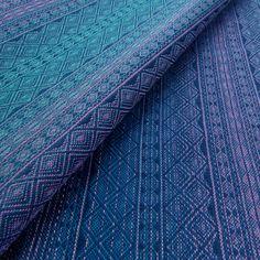 Auf einem dunkelblauen Untergrund verlaufen die Farben von violett über | Jetzt im Online Shop DIDYMOS bestellen