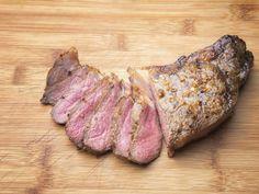 97 - La carne magra es una excelente fuente de hierro, que el cuerpo absorbe con mayor facilidad que los alimentos de origen vegetal. El hierro es importante para la producción de oxígeno para los atlentas y se elimina en la transpiración, por eso es mejor mantener alto los niveles. La carne de res también es una buena fuente de proteínas, que ayuda a la reparación muscular, y de ácido linoleico conjugado, que estimula la conversión de grasa almacenada en energía.