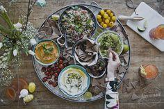 Jättimäinen meze-lautanen naposteluun, juhliin, brunssille tai illanistujaisiin! illanistujaiset hummus