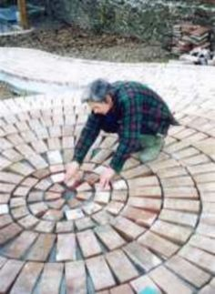 garten pflaster Build a circular brick patio. Brick Pathway, Brick Paving, Concrete Patio, Concrete Walkway, Stone Walkway, Fire Pit Backyard, Backyard Patio, Backyard Landscaping, Landscaping Ideas