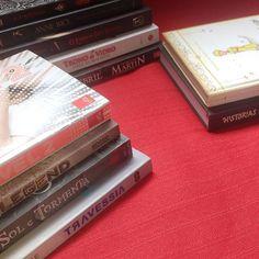 224273bef Essa é a pilha da vergonha. Livros que eu tenho faz tempo e ainda ...