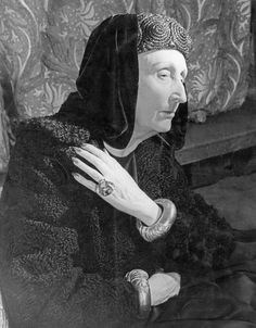 Edith Sitwell * photo Terry Fincher 1952  (1887–1964), British poet and critic, eldest of the three literary Sitwells (the other two were her brothers Osbert and Sacheverell). Sitwell published poetry continuously from 1913, some of it abstract and set to music. She wrote English Eccentrics and Victoria of England. All her prose works sold well.