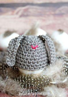 Easter bunny egg warmer, free pattern by Pysseldrömmar. FREE PATTERN 5/14.