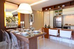 A bancada de madeira integrou a cozinha com a sala de jantar (Foto: Camila Klein)