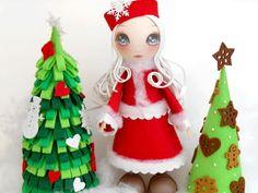 FOFUCHA : Mère Noël : La famille fofuchas vous propose une Mère Noël pleine de fraîcheur avec son regard scintillant. Nous jouons pour les habits avec de la feutrine : une matière vraiment bien adaptée à Noël par sa douceur et son côté chaleureux. Mère Noël mesure environ 30 cm de haut.