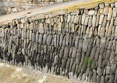 Une cale du Rosmeur à Douarnenez avec l'ancien type de construction en pierres sèches disposées à la verticale.