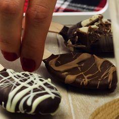 Heisse Schokolade am Stiel ist immer eine wunderbare Geschenkidee! #rezept #rezepte #heisseschokolade #schokolöffel #trinkschokolade #geschenk #schokolade