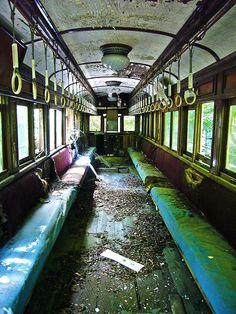 廃墟遊園地に展示されている廃市電の内部です。思ったほど荒れていません。座席の色合いと木の床がノスタルジック。