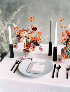 modern wedding Modern Minimalist Wedding Ideas at the Modern Art Museum of Fort Worth Wedding Table Settings, Wedding Table Centerpieces, Flower Centerpieces, Reception Decorations, Centerpiece Ideas, Modern Wedding Decorations, Modern Centerpieces, Place Settings, Wedding Themes