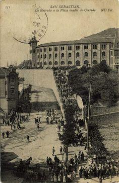 San Sebastián : la entrada a la plaza inadia [sic] de corrida, 19--?
