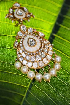 Diamond Polki Earrings India Jewelry, Gold Jewelry, Jewelery, Jewelry Design Earrings, Jewellery Designs, Gold Earrings, Traditional Indian Jewellery, Indian Accessories, Jewelry Branding