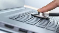 Un estetoscopio sobre una laptop