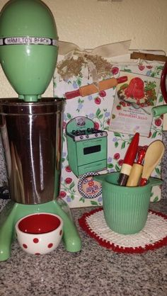 ~House of Bliss Cozy Cottage~vintage green ~ Have this mixer. Vintage Enamelware, Vintage Kitchenware, Vintage Kitchen Decor, Vintage Pyrex, Vintage Decor, Vintage Farm, Vintage Stuff, Vintage Love, Vintage Green