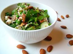 Quinoa met mozzarella en amandelen || quinoa, mozzarella, gezouten en geroosterde amandelen, diepvriesdoperwten, bosui, komkommer, avocado, spinazie, verse munt, olijfolie, citroen, peper en zout