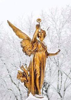 ❥ golden angel blowing trumpet