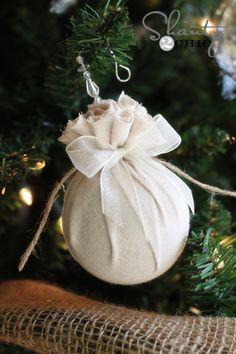 Bolas de navidad de icopor envueltas en tela de distintos diseños y texturas, una de las tendencias de navidad. #DecoracionNavidad
