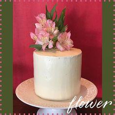 Mesversário da Alice 💕 #vanessisses #instafood #instacake #cake #boloespatulado #festaemcasa #mesversario #bolosdecorados #cakelover #cakeoftheday #bolocomfloresnaturais #amobolo