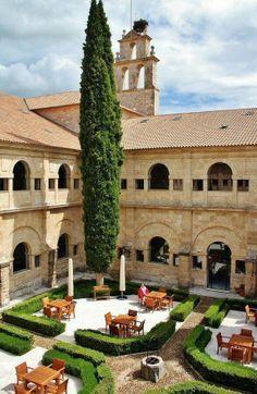 Claustro del Hotel Abadía Retuerta 'Le Domaine' en la milla de oro de los vinos Ribera del Duero.' 5*