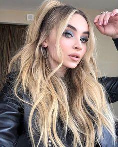 mooi haar Half Up Half Down Ponytail Hairstyle Curly Hair Styles, Long Curly Hair, Ponytail Hairstyles, Cute Hairstyles, Half Pony Hairstyles, Sabrina Carpenter Style, Hair Looks, Hair Lengths, Hair Inspiration