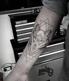 tatouage loup geometrique, idée quel tattoo choisir pour homme, dessin visage de loup