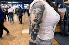 Passionnée de tatouage, gérante de la communauté Parad'ink, Candy Parad'ink n'hésite pas à prendre la pose pour exposer ses tatouages réalistes à travers lesquels elle rend hommage aux femmes. En témoigne ce portrait tatoué par Niko de Kustom Tattoo... Skull, Portrait, Tattoos, Women's, Tatuajes, Portrait Illustration, Japanese Tattoos, Tattoo, Tattoo Illustration