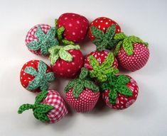 Erdbeeren Erdbeeren Erdbeeren Erdbeeren  Hübsche Erdbeeren aus Baumwollstoff genäht, Blättchen und Stiel sind aus Baumwollgarn gehäkelt.    Eine sehr