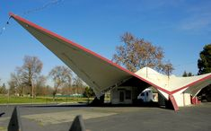 Ex-orbit gas station - Architecture Art Deco Buildings, Modern Buildings, Unique Architecture, Google Architecture, Butterfly Roof, Old Gas Stations, Vintage Hotels, Abstract City, Building Art
